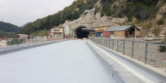 Trattamento impermeabilizzante con poliurea di un ponte ferroviario
